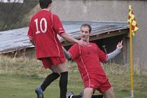 Takto se radoval větřínský útočník Pavel Hlásenský (spolu s Vladimírem Rychtářem) po vstřelení vítězného gólu na 2:1 při derby ve Chvalšinách.