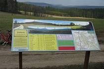 Panoramatický snímek s popisem vrcholů se nachází na cestě od bývalé hájenky k Leopoldovu.