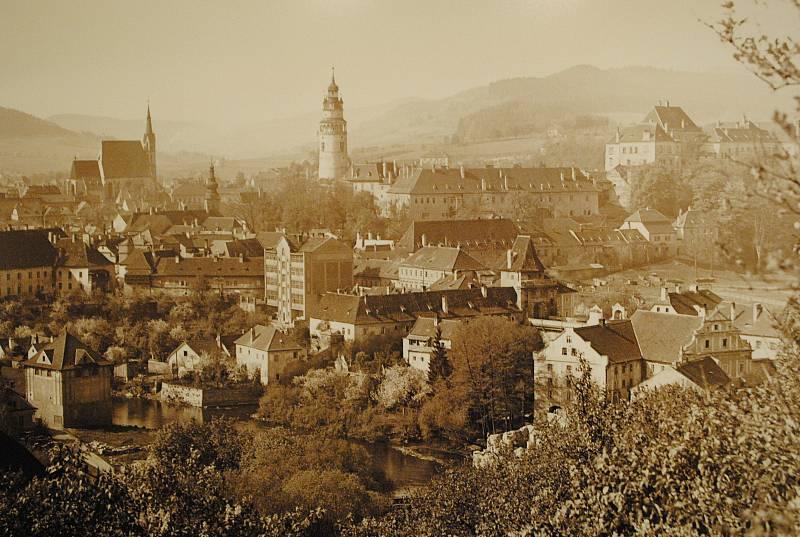 Ve spolupráci s Museem Fotoateliér Seidel připravilo centrum desítky fotografií z doby Schieleho života (1890-1918). Na snímku (uprostřed) původní budova pošty.