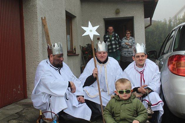 Zleva: Tři králové Jiří Flíček (Baltazar), Lukáš Šimo (Kašpar) a Zdeněk Kavan (Melichar) u Kavanových v Horní Plané.