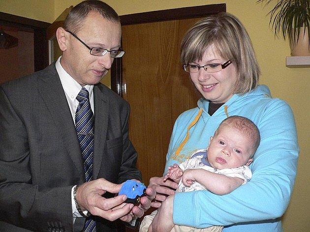 Starosta Velešína Josef Klíma předal pamětní zlatý řetízek se znamením zvěrokruhu – kozoroha – prvnímu občánkovi města roku 2009 Tomáškovi Ramešovi.