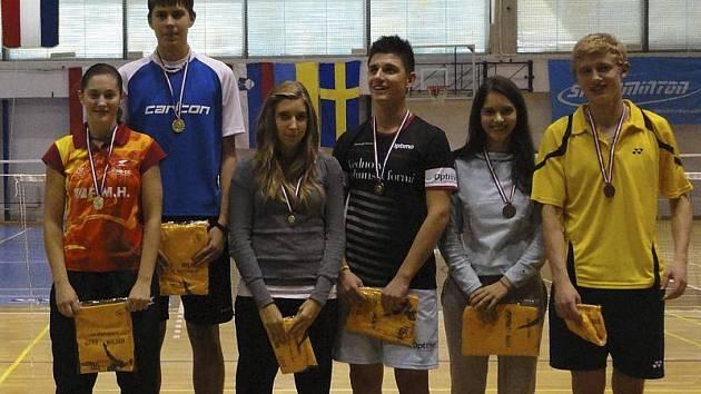První společný titul na mezinárodní scéně v kategorii U19 vybojoval při MMJ Chorvatska českokrumlovský smíšený pár Lucie Černá a Jaromír Janáček (na stupních vlevo).