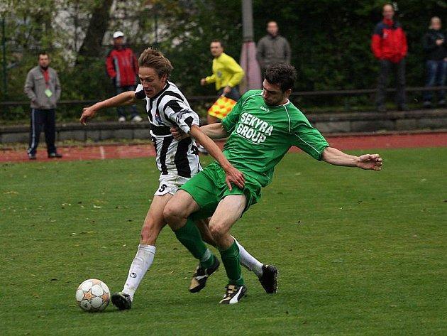 Ve 37. minutě krumlovský Petr Boháč (vpravo) ve vápně nedovoleně zastavil Jakuba Lesňáka a hosté z penalty srovnali na 1:1.