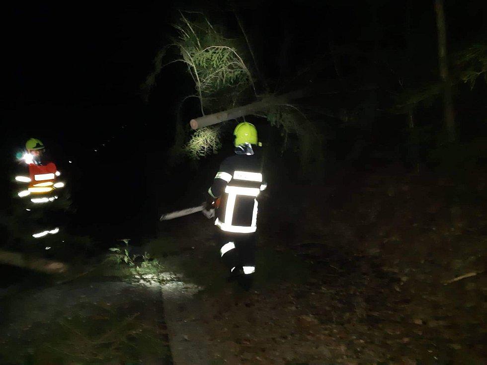 Sobotní výjezd JSDHO Velešín. Na strom přes celou komunikaci u Velešína přejížděla jednotka s CAS16 z požáru na velešínském nádraží, kde hasiči likvidovali požár lesa.