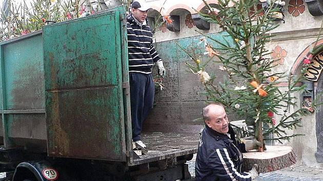 Stovku ozdobených smrčků už během pondělka rozvezli pracovníci města Český Krumlov jako ozdobu na vytipovaná místa v ulicích.