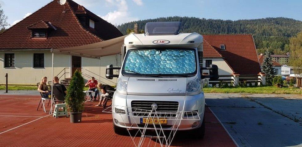 Pohoda u karavanu vedle hotelu Kilián loňského září. Foto: Andrea Smit