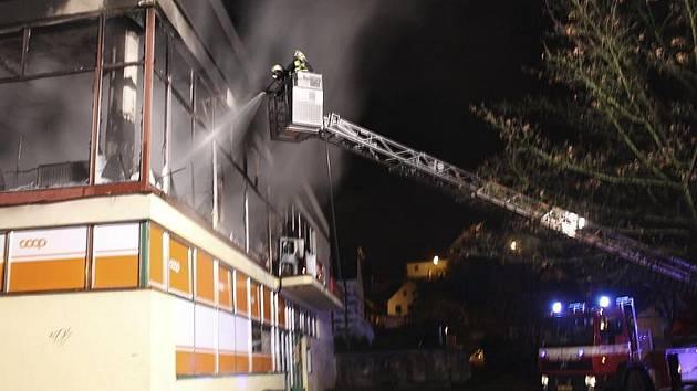 O půlnoci hořela restaurace U Ratolesti na Plešivci v Českém Krumlově, zvaná Skleník.