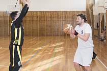 Petr Novotný (vpravo s míčem) v utkání s Tigers ČB zaznamenal celkem 16 bodů. .