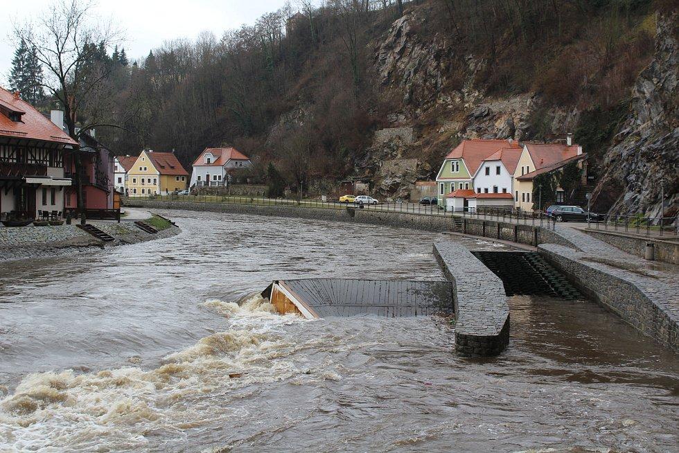 Vodohospodáři sklopili jez na Vltavě pod Plášťovým mostem.