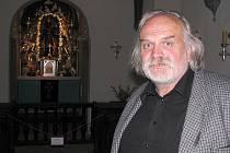 Na snímku stojí Jan Vondrouš před krumlovskou Černou madonou, která je k vidění v kapli uvnitř kláštera křižovníků s červenou hvězdou.