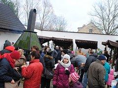 Adventní jarmark U Stifterů láká, stovky lidí se přišli podívat na trh, stará řemesla a do keramické a modrotiskové dílny.