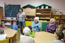 Senioři opět zavítali do školky, aby vyráběli s dětičkami.