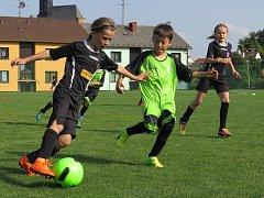 Okresní přebor mladších přípravek již dospěl do cíle sezony 2017/18 (momentka ze zápasu Kaplice v  Dolním Dvořišti).