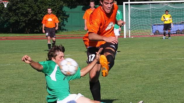 V prvním vzájemném zápase si dolnodvořišťský kanonýr Josef Ševčík (při střele) připsal na krumlovském trávníku hattrick a v odvetě pak přispěl k výhře nováčka dvěma důležitými zásahy, kterými otočil z průběžných 0:1 na 2:1.