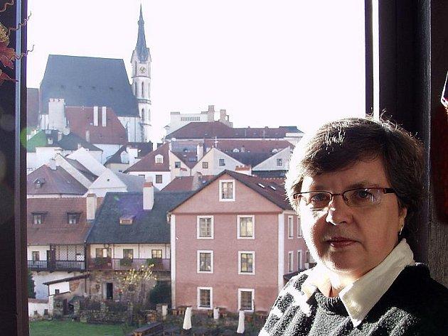 Tam, kde dříve zdobené sloupy podpíraly klenutý strop kostela, má dnes Jaroslava Vajayová předsíň.