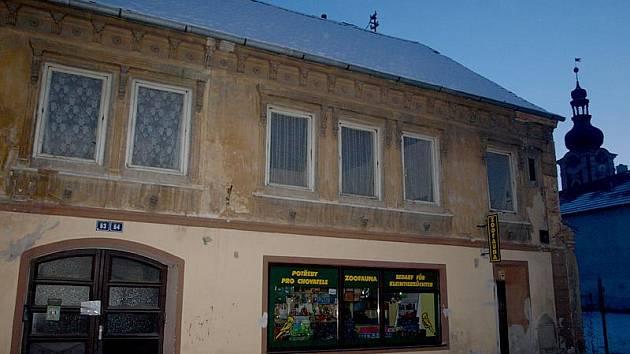 Zchátralé objekty v kaplické Novohradské ulici se možná změní na dům s pečovatelskou službou.