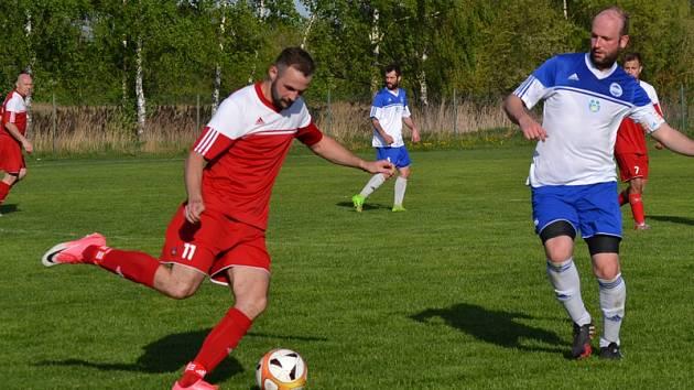Hattrickem za dvacet minut se při kanonádě s Lipnem (7:3) blýskl křemežský hokejově-fotbalový obojživelník Josef Svěchota (u míče).