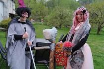 Čarodějnice si udělaly party vedle lesa v Lachovicích.
