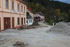 Uzavřený úsek průtahu Rožmberkem. Tělo silnice se defacto muselo vytvořit nové.