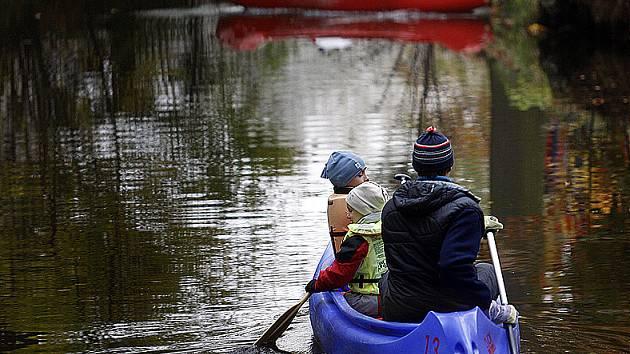 Kdo hledá na vodě klid a pohodu, ten musí řeku sjíždět mimo hlavní sezonu.