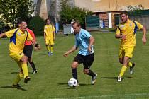 Zlatokorunský špílmachr Vít Ohnsorg (u míče) pronikl v 64. minutě obranou Loučovic a nahrál na vyrovnávací gól Milanu Homerovi.
