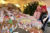 Horní Planá jako město i betlém ručně namalovaný. Vpravo nahoře sestry Škáchovy. Dole Marek Rosecký, František Chaluš a Kristýna Šmolová z domova dětí u svého stánku.