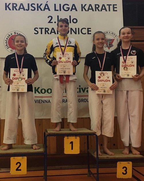 Krumlovská Karolína Martínková (druhá zleva) na nejvyšším stupni při krajské lize ve Strakonicích.