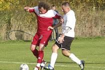 V důležitém duelu ze spodku tabulky vyšel křemežský kanonýr Luděk Edelman (vlevo u míče v souboji s Milanem Vášou) naprázdno, hosté po obrátce vstřelili tři krásné góly – a všechny body mířily do Kamenného Újezdu.