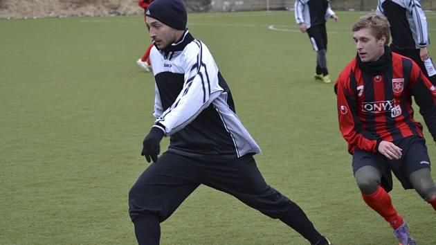 Hráči krumlovské rezervy Jan Poláček (u míče) a frymburské Šumavy Milan Račák (vpravo, na snímku z předchozí přípravy) zažili nyní rozporuplné pocity.