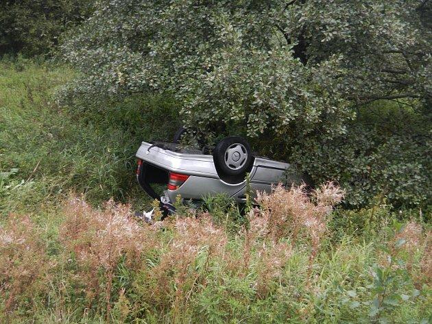 Posádka auta havarovala uHořic na Šumavě.