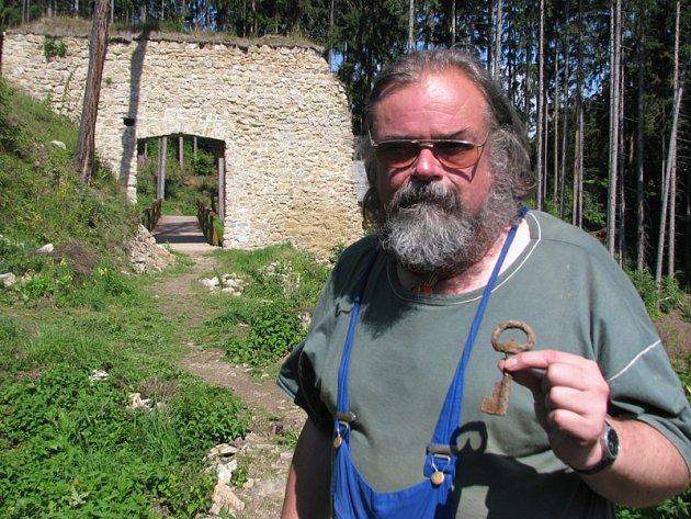 Přední český archeolog a kastelolog Tomáš Durdík náhle zemřel ve čtvrtek 20. září.