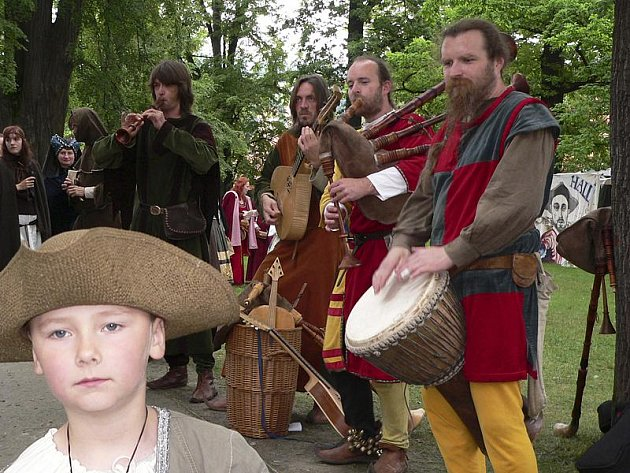 Muzika a další vystoupení umělců bavily návštěvníky historického trhu.