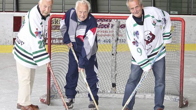 Při oslavě osmdesátin Josef Tůma (vpravo) na společné boje v dresu krumlovských hokejistů zavzpomínal s Karlem Podruhem a Tomášem Šafránkem (zleva).