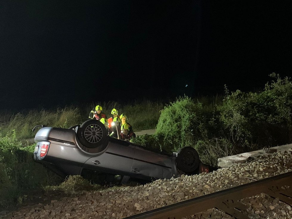 V Loučovicích se srazilo auto s vlakem