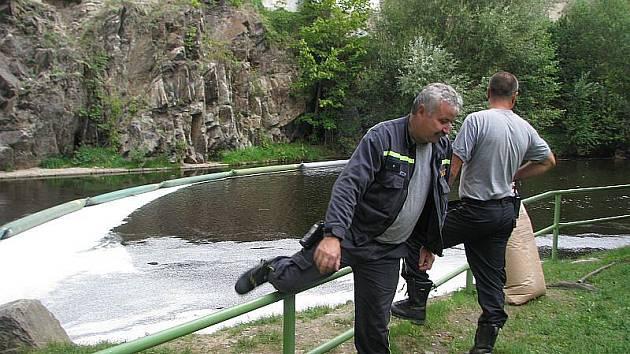 Českokrumlovští hasiči zasahovali 3. září při odstraňování ekologické havárie. Do Vltavy vytekl s větřínských papíren olej.