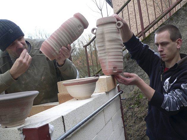 Nakládání keramiky do nové pece na umělecké škole.