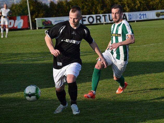 Krumlovský Slavoj i díky druhé jarní trefě Tomáše Taubera (vlevo u míče) vyhrál 2:0 derby v Roudném a cenný zisk bude chtít potvrdit v domácí partii s Doubravkou.