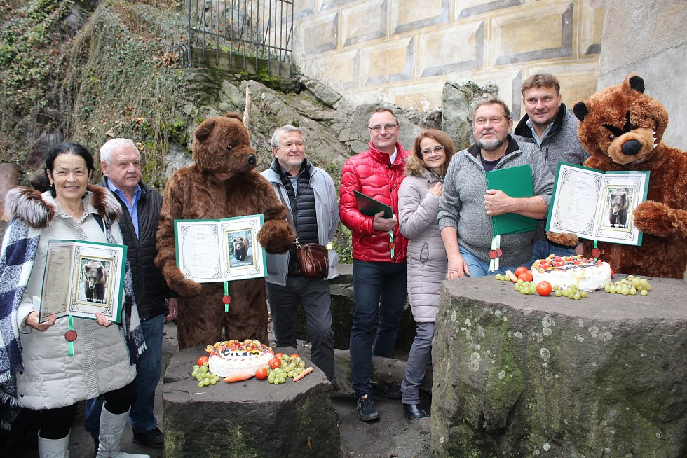 Medvíďata z krumlovského zámku jsou pokřtěna, sourozenci dostali rožmberská jména Vilém a Polyxena.