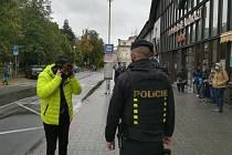 I policisté z Českokrumlovska a Táborska v rámci své služby dohlíží na dodržování opatření v nouzovém stavu.