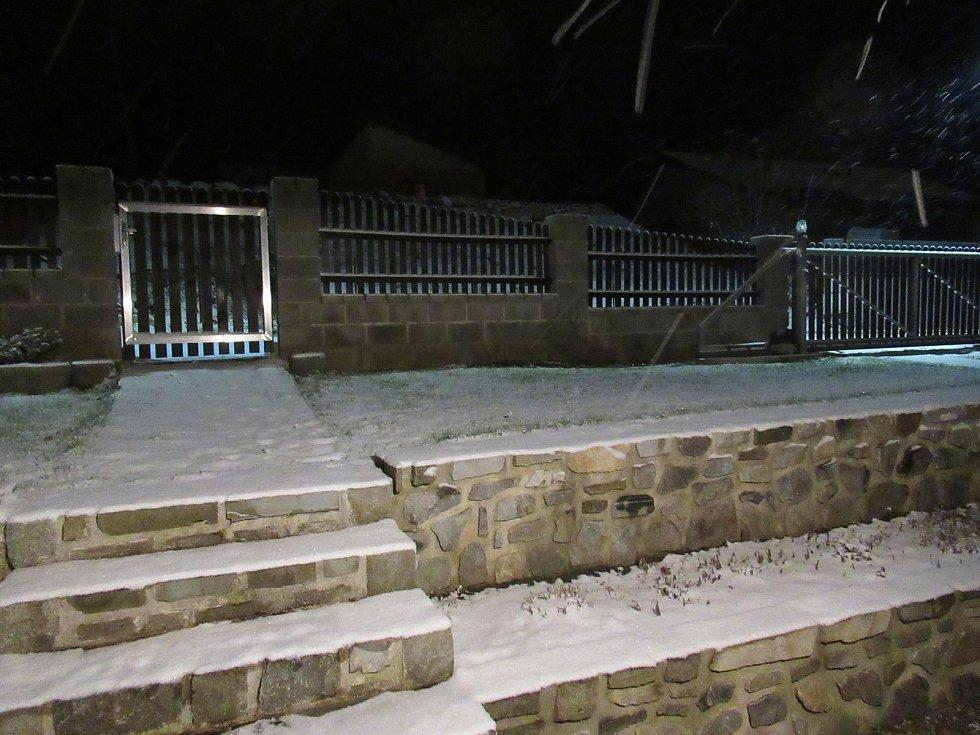 Sněhem zapadaná Slunečná ulice ve Větřní. Foto: Libuše Návorková