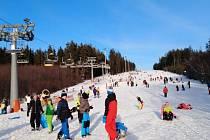 Oficiálně uzavřený skiareál Lipno zavalily rodiny s dětmi, užívaly si sníh, čistý vzduch a sluníčko.