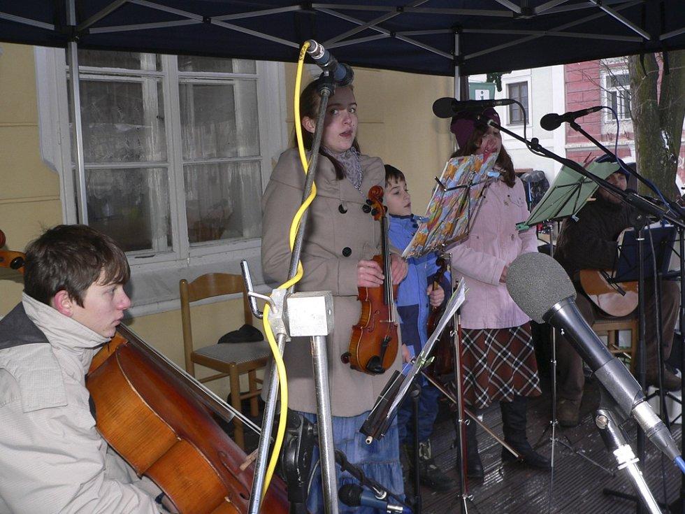 Venku lidem zahrály také děti z místní zušky.