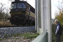Podle některých odborníků nemá vyšší, než dvoumetrová zeď smysl. Hluk vlaku totiž vychází hlavně od kol a kolejnic. Tato zeď  ve Zvíkově se ovšem dostaví.