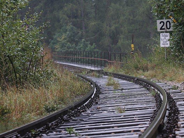 V těchto místech přejel muže ležícího na kolejích vlak.