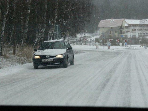 Bez zimních pneumatik je jízda po některých silnicích regionu téměř nemožná.