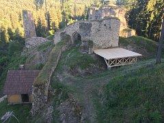 Nové pódium na zřícenině hradu Pořešín