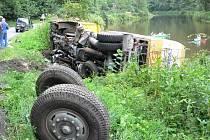 Pod náklaďákem se šrotem se utrhla krajnice.