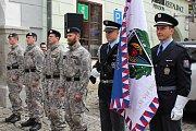 Slavnostní pietní akt s předáním slavnostního praporu policejní zásahové jednotce se odehrál v sobotu dopoledne na českokrumlovském náměstí.
