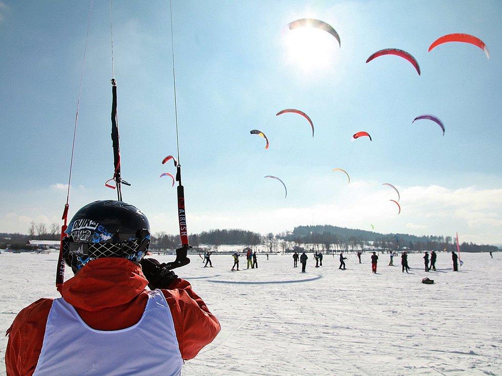 Mistrovství České republiky ve snowkitingu opanovalo ledovou plochu v Černé v Pošumaví.
