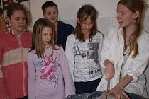 Žáci šesté třídy malontské základní školy si novou výtvarnou dílnu pochvalují. Na snímku si zkoušejí práci s hrnčířským kruhem.